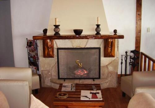 hosteria costas del nahuel bariloche chimenea con fuego prendido