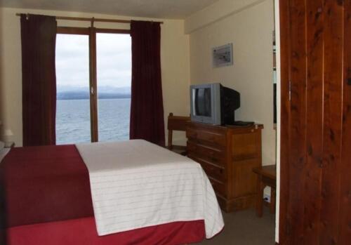 hosteria costas del nahuel bariloche habitacion con cama matrimonial vista al lago