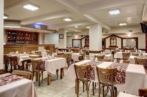 hotel cambria bariloche comedor restaurante con mesas armadas