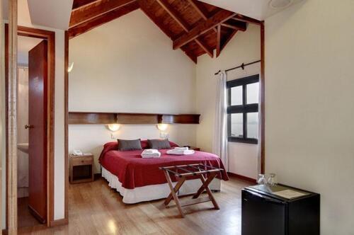 hotel cambria bariloche habitacion con cama matrimonial con baño