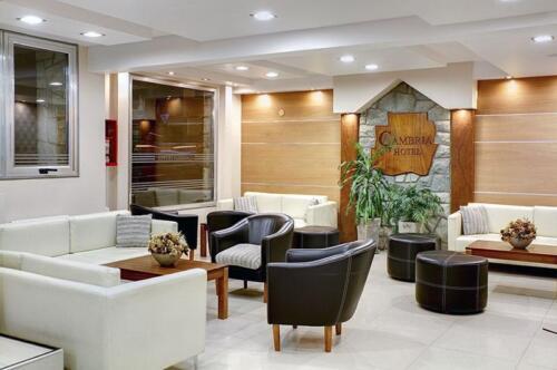 hotel cambria bariloche salon principal cartel sobre pared planta baja iluminada
