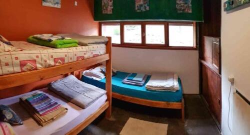 La Casona Hostel Bariloche - habitacion con cama simple y cucheta
